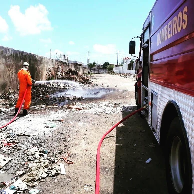 Bombeiros de Maracanaú apagam incêndio em monturo no Planalto Airton Sena