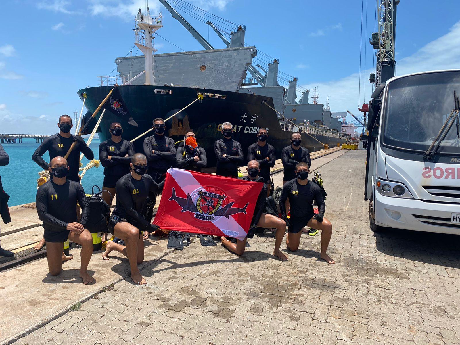 Alunos do CMAUT participam de instrução sobre varredura de casco de navio
