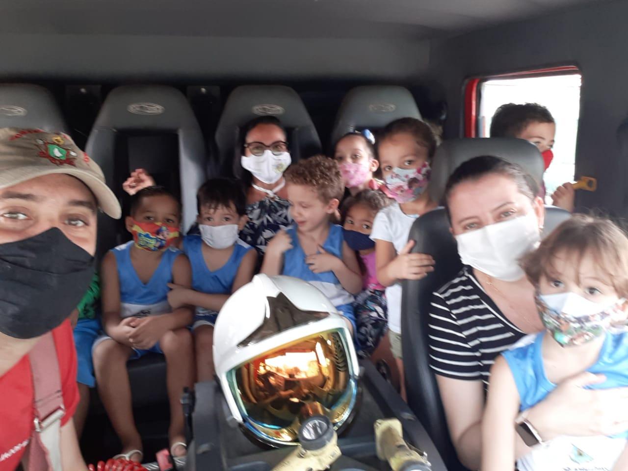 Corpo de Bombeiros presta homenagens no mês da criança