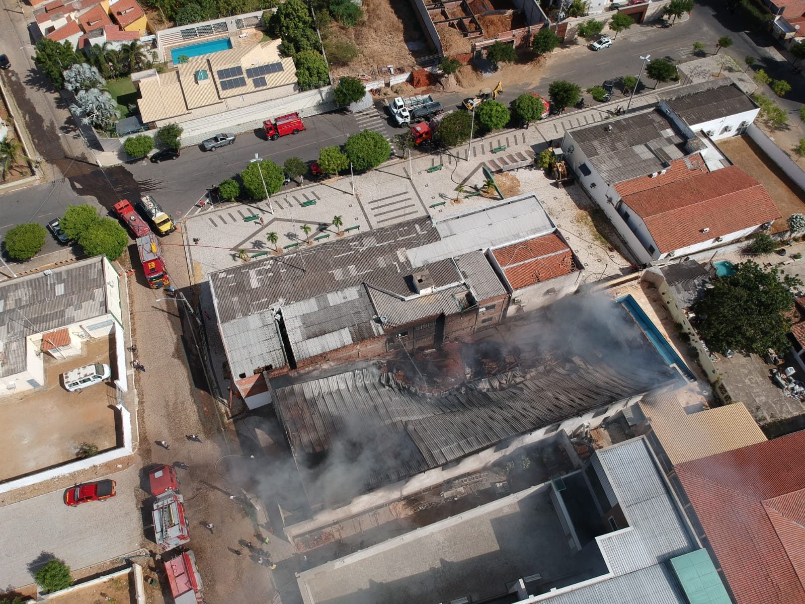 Corpo de Bombeiros debela incêndio em Depósito de materiais de construção em Canindé