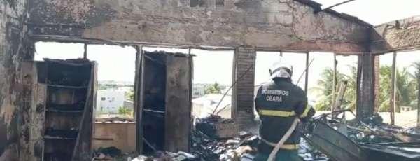 Corpo de Bombeiros atua em incêndio de edificação pública no Jaguaribe
